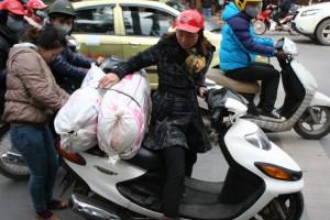 Đồ vẫn tiếp tục được chở đến- Hơn 10 bao tải quần áo từ CLB Tấm lòng nhân ái.